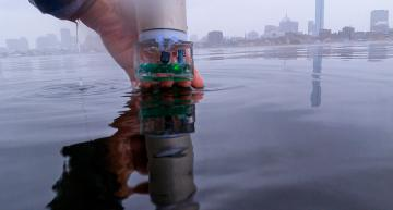 Battery-free underwater navigation system uses acoustic frequency hopping
