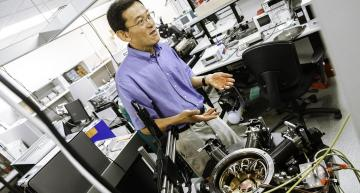 """DR. MARK LEE, HEAD OF THE DEPARTMENT OF PHYSICS IN THE SCHOOL OF NATURAL SCIENCES AND MATHEMATICS, EXPLAINS HIS RESEARCH INTO THE THERMOELECTRIC HARVESTING ABILITY OF SILICON """"NANOBLADES."""