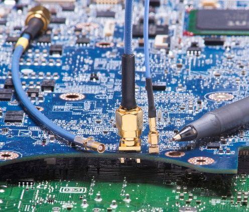 Les connecteurs coaxiaux micro-miniatures durcis acheminent les données radio SWaP