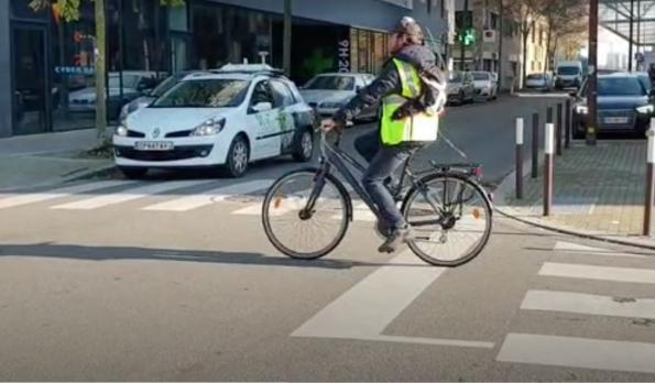 Smartphone magnet sensor protects pedestrians, cyclists