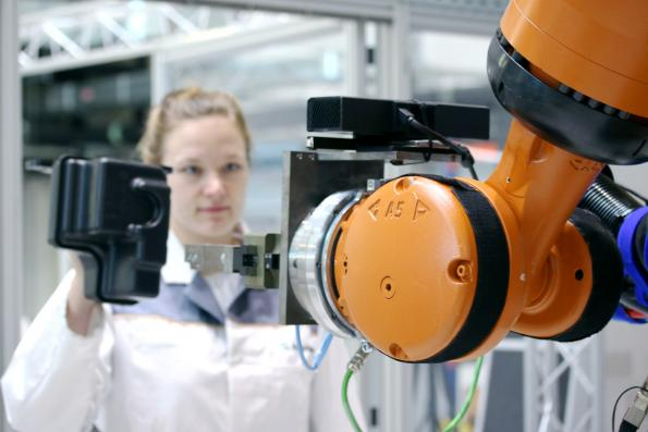 Cooperation with industrial robots becomes intuitive