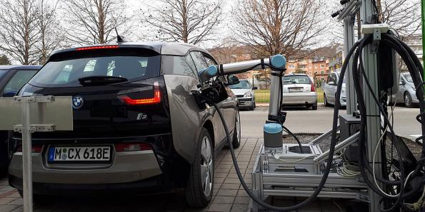 First fully automatic combined fast charger for electric cars