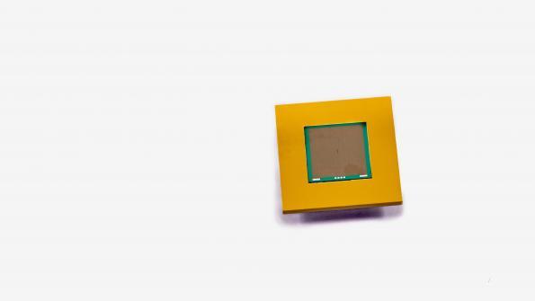 Miniature microfluidic heatsink heads on chip