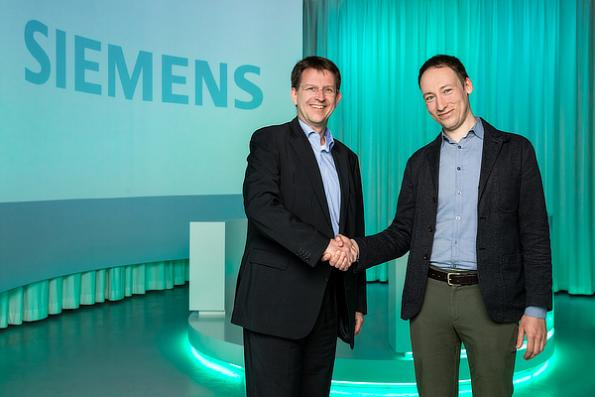 Eike-Oliver Steffen, Head Solution and Service Portfolio, Siemens Building Technologies (left) welcomes Andrew Krioukov, CEO & Co-Founder, Comfy (right) in the Siemens Building Technologies Headquarters in Zug, Switzerland.