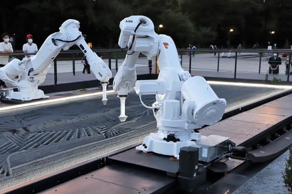 UK artist takes industrial robots to Tokyo - video